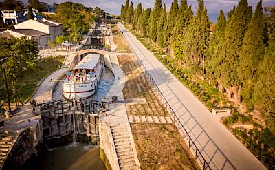 Going through the Lock | Roi Soleil | Bike & Boat Tours France ©Roi Soleil