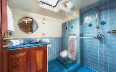 Cabin Bathroom | Roi Soleil | Bike & Boat Tours France ©Roi Soleil