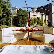 Sun deck & Jacuzzi | Roi Soleil | Bike & Boat Tours France ©Roi Soleil