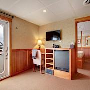 Lounge Commodore Suite | Safari Explorer | Alaska and Hawaii Cruise Tour