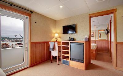 Lounge Commodore Suite | Safari Explorer | Alaska and Hawaii Cruise Tour