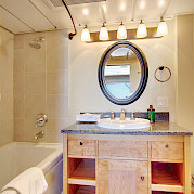 Bath Commodore cabin | Safari Endeavour | Alaska Cruise Tour