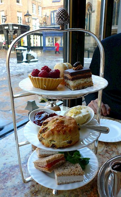 High tea in England. Flickr:ricardo