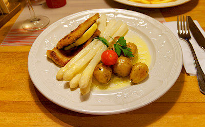 Schnitzel & spargel in Trier, Germany. Flickr:Miguel Discart
